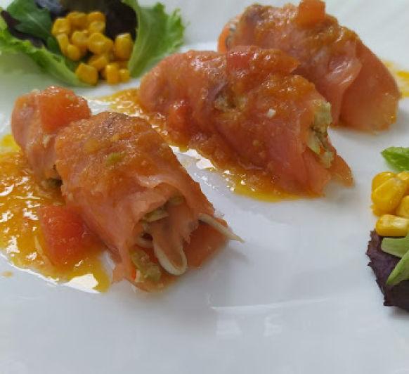 Rollitos de salmon con vinagreta templada de tomate