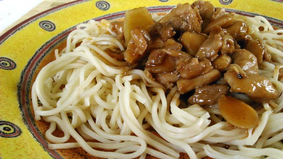 Pollo con almendras y fideos chinos