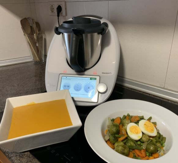 Crema de calabaza, menestra y huevos cocidos