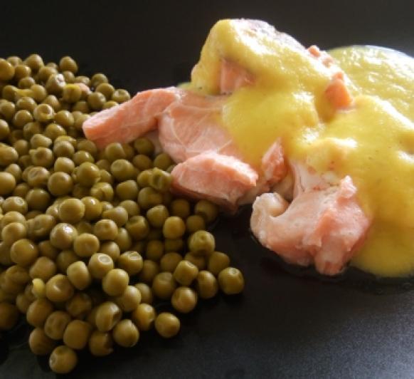Salmón con salsa de naranja y guisantes
