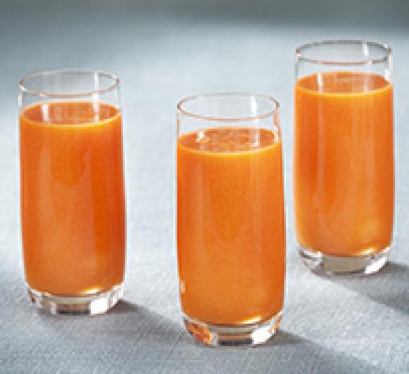 Zumo integral de naranja, mango y fresas